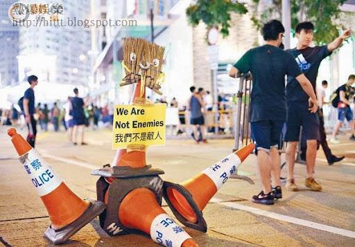 有示威者在雪糕筒貼上「我們不是敵人」標語。