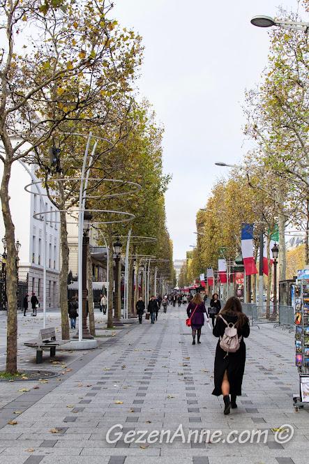 Champs Elysees'in şık mağazaların bulunduğu bölüm