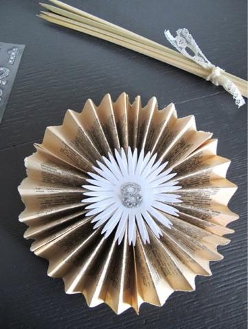 Mesero en forma de abanico de papel