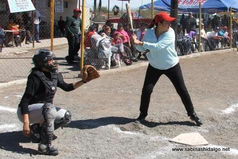 Mayla Luis de Pioneras de Vallecillo en el softbol del Club Sertoma