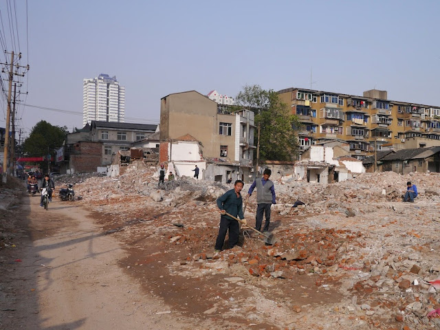 men using shovels at Beizheng Street in Changsha