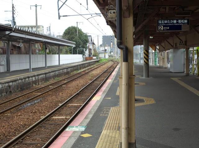 ローカルな駅、折尾駅の誰もいないホームと線路
