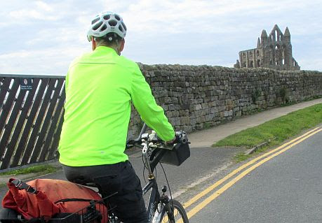 Chris on the Bike auf dem Weg zur Whitby Abbey