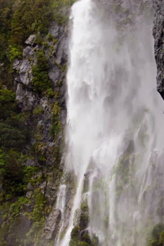 milford_sound_waterfalls_new_zealand