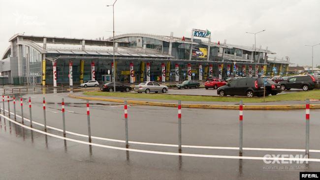 За спостереженнями «Схем», літак, яким користується Медведчук, – чи не єдиний приватний пасажирський борт, який вилітав з аеропорту «Київ» у Жулянах