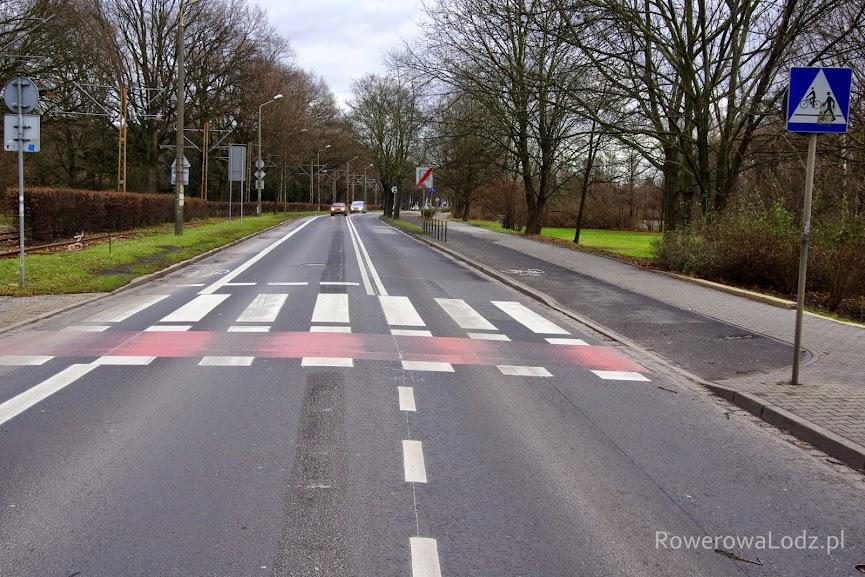 Na środku jezdni widać jeszcze ślady poprzedniej organizacji ruchu. Teraz pas ruchu dla samochodów ma 3 metry szerokości.