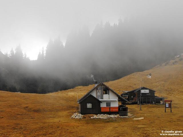 iarna la munte: Cabana Piatra Mare prin nori