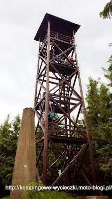 Na zdjęciu drewniana wieża widokowa na szczycie Radziejowej