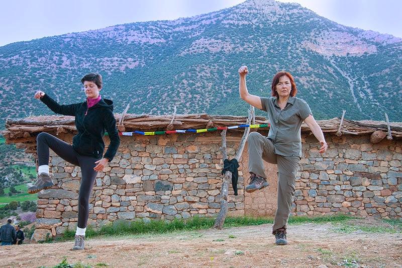 Alumnas de Tong Ren practicando en el Atlas