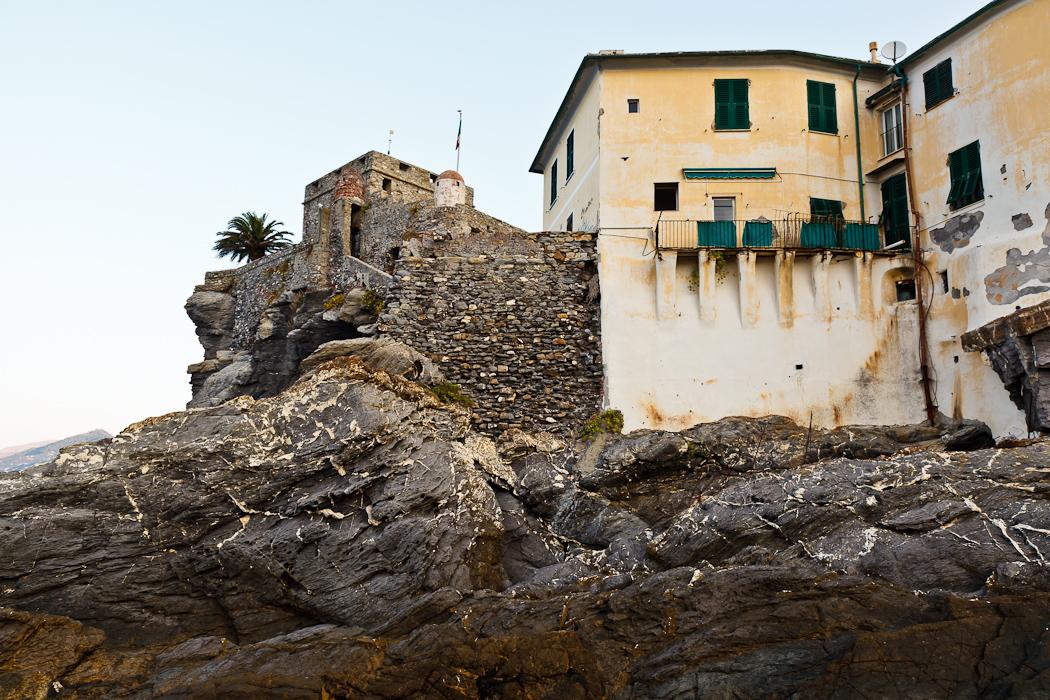 к церкви примыкает маленькая средневековая крепость