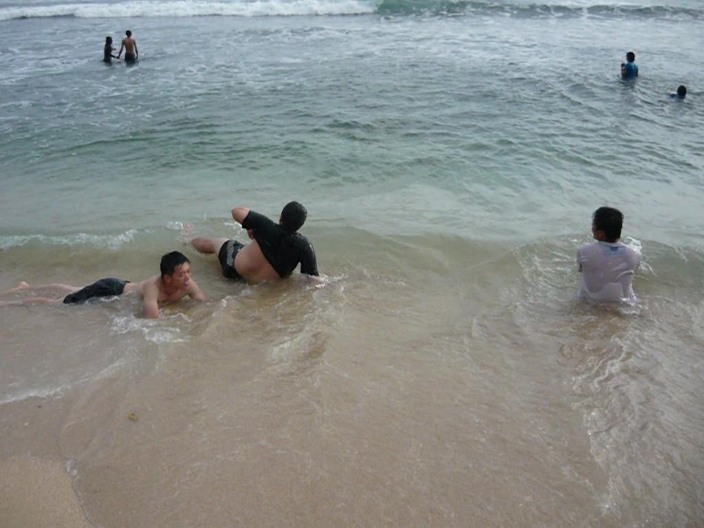 berpose di pantai indrayanti