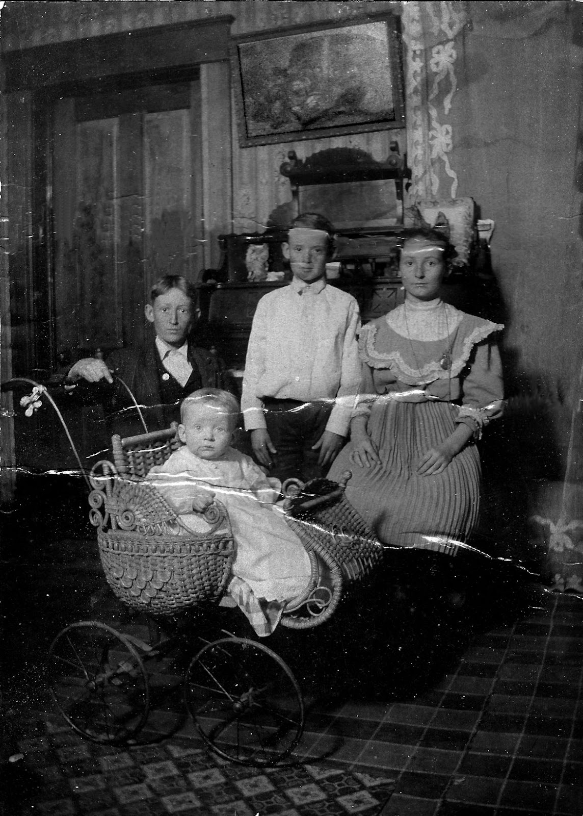 Clyde, Arley, Harry and Beulah Phillips ca 1910_sml.jpg