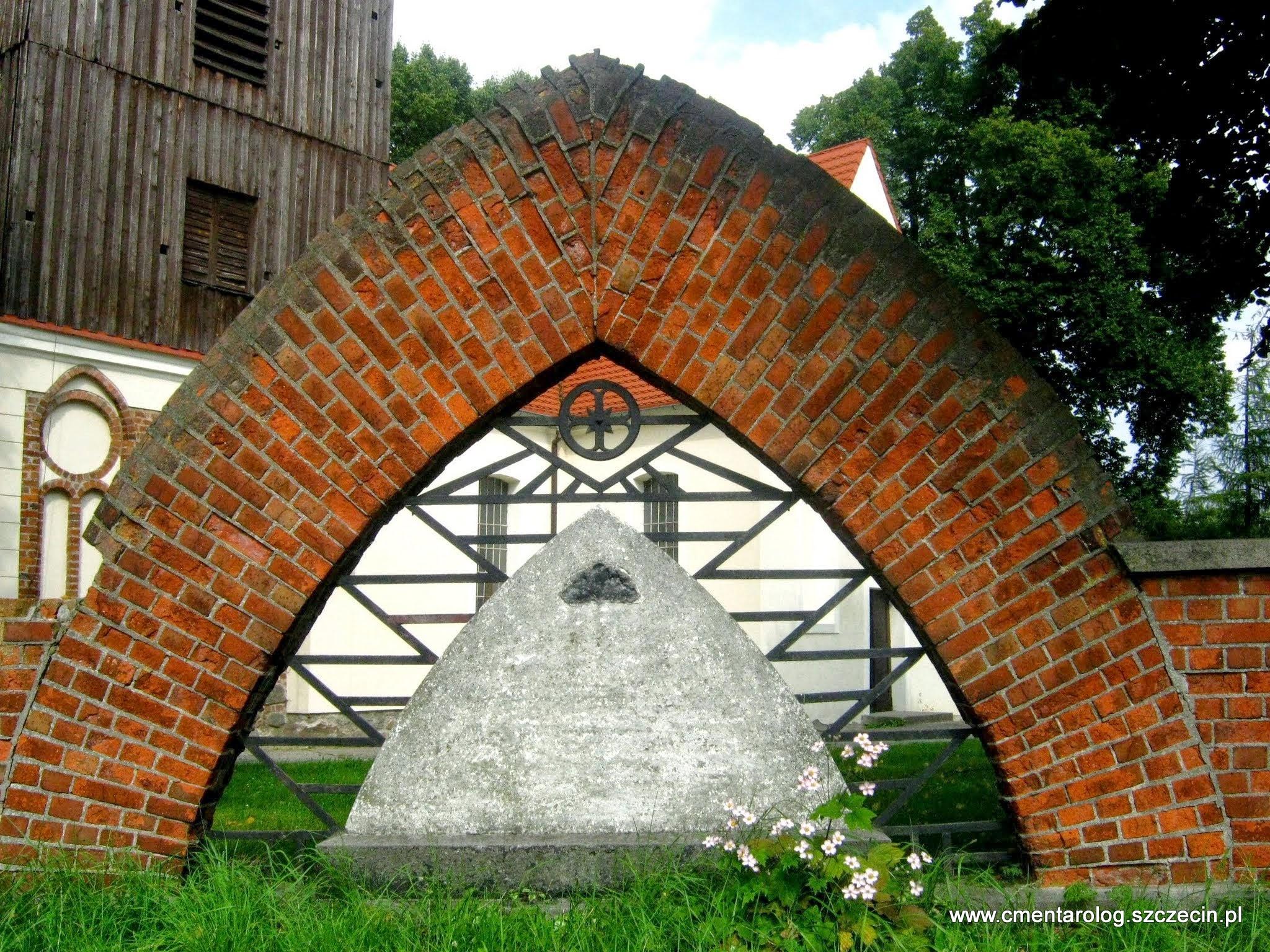 zachowany częściowo pomnik pierwszowojenny na Stołczynie