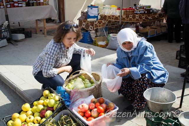 yerel satıcılardan domates seçerken, Taraklı