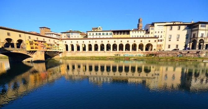 A Vasari-folyosó az Arno partján és a Régi híd fölött