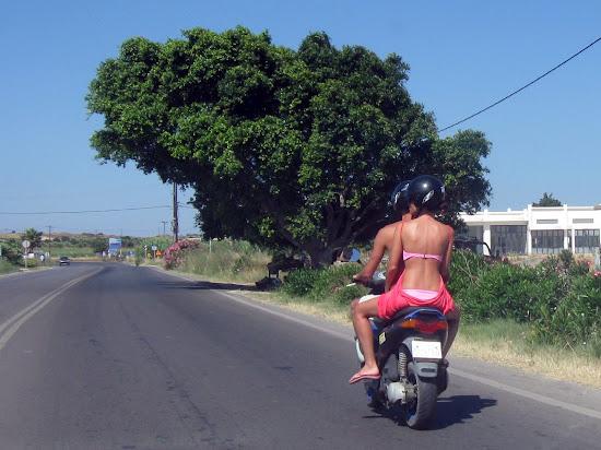 naga para na skuterze