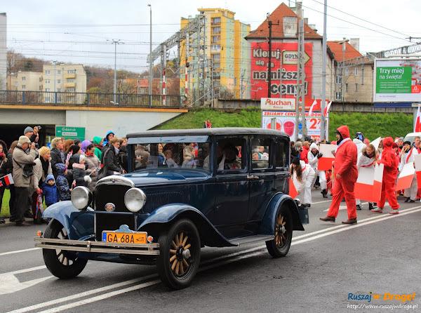 Zabytkowe samochody w Święcie Niepodległości w Gdyni