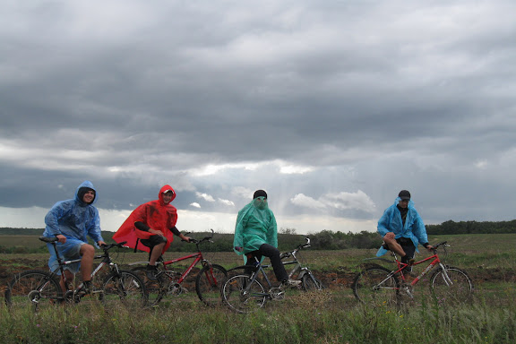 велосипедисты в дождевиках