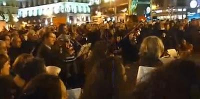 """Incrível! Manifestantes espanhóis cantam """"Grandôla, Vila Morena"""""""