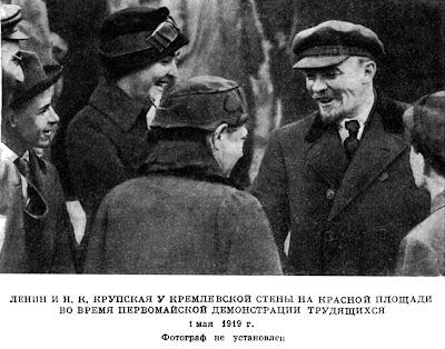 ЛЕНИН И Н. К. КРУПСКАЯ У КРЕМЛЕВСКОЙ СТЕНЫ