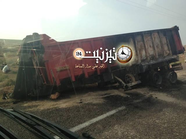 صور انقلاب شاحنة وسط الطريق بين سيدي بوالفضايل وكرايزيم … ولا من يحرك ساكنا ؟؟؟
