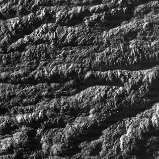 Vista de cerca de una 'raya de tigre' en Encélado, obtenida por la sonda Cassini en 2008