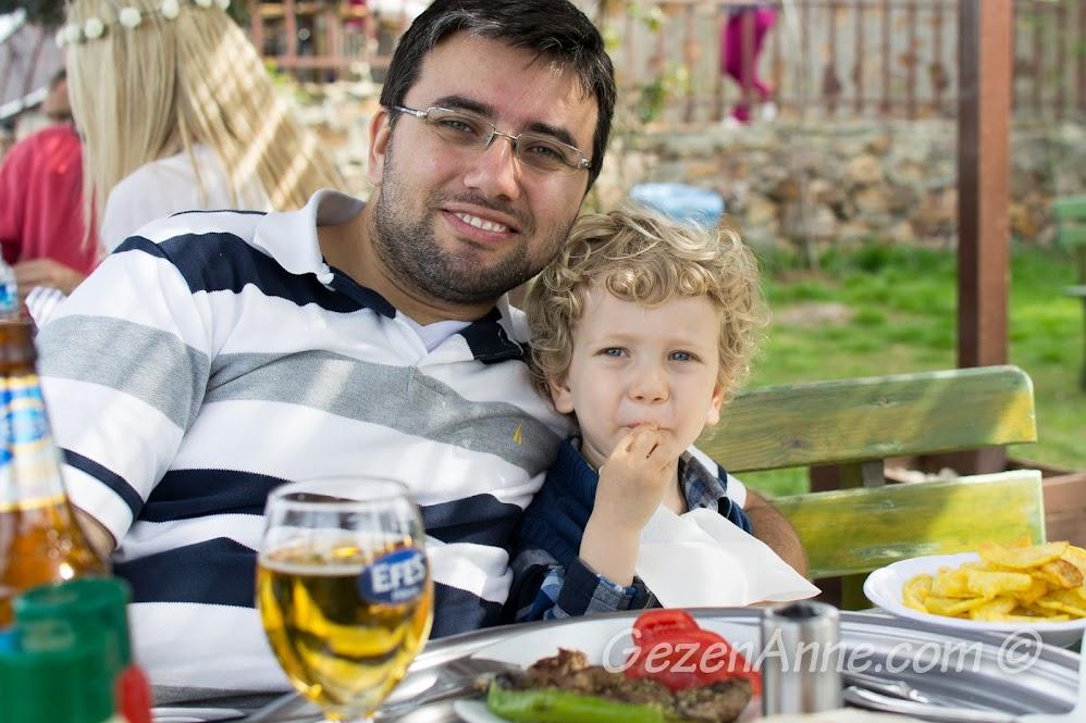 Yücetepe lokantasında yemek yerken, Aya Yorgi tepesi, Büyükada