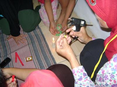 peserta sekolah ibu cipaganti sedang membuat bros