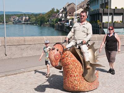 Ulik reitet auf seiner Drachenschnecke