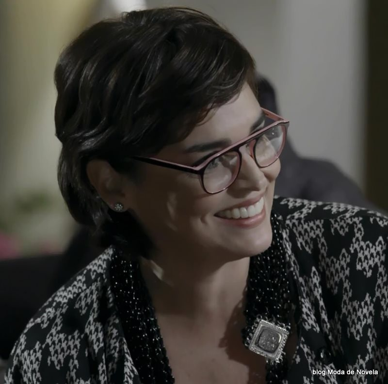 moda da novela Império - óculos da Betriz dia 25 de julho