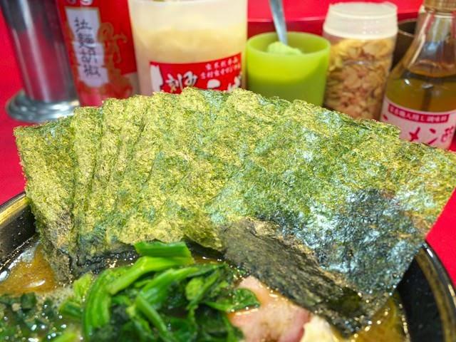 ラーメン丼の脇に差された海苔は家系ラーメンの証