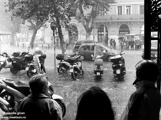 Roma. Ploaie. Strazi. Scutere, oameni, umbrele.