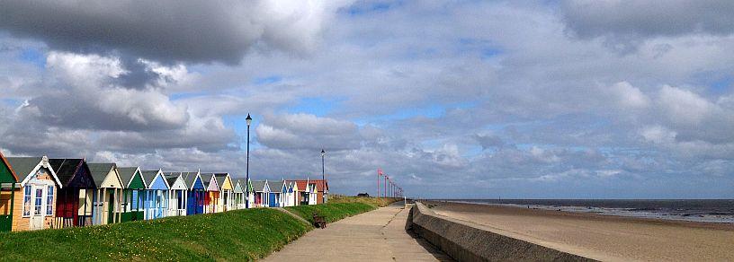Strand-Holzhäuser auf der Promenade von Sutton on Sea am Morgen