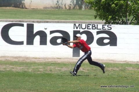 Arturo Barrera de Tigres en el softbol dominical