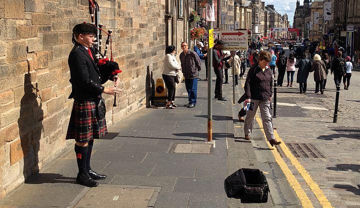 Dudelsackspieler auf der High Street in Edinburgh