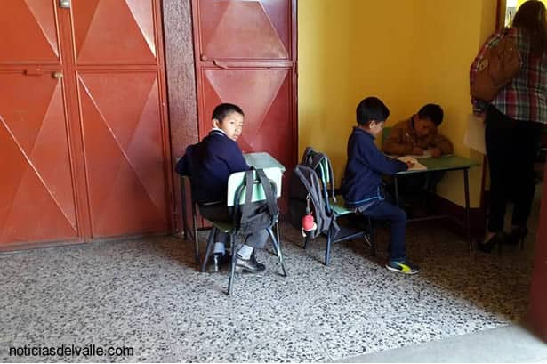 Niños reciben clases fuera de sus aulas