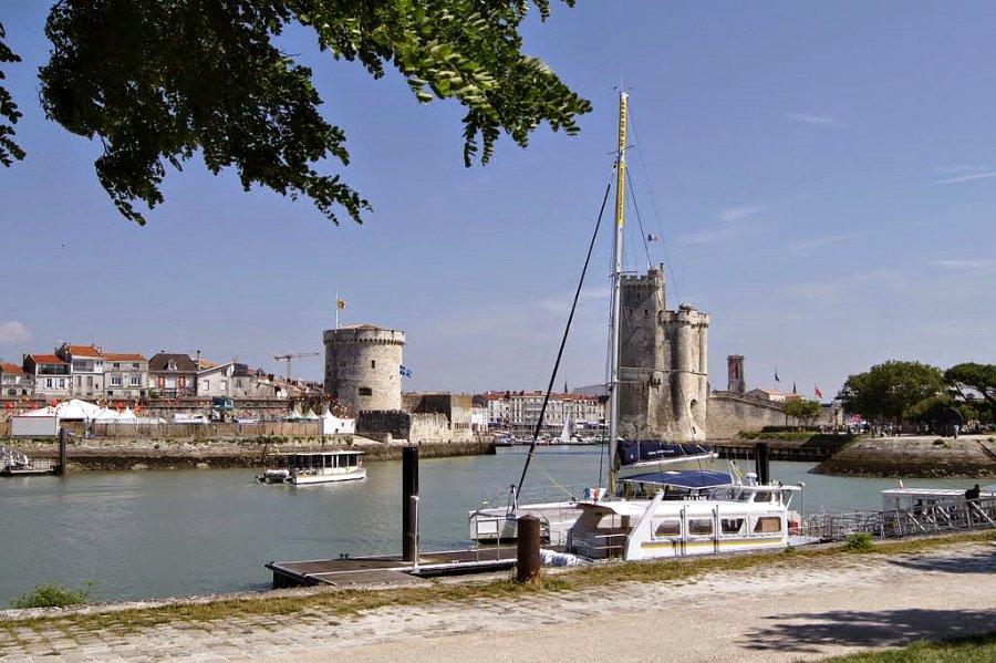 Путешествие с ребёнком из Женевы в Ля Рошель с посещением исторического парка развлечений Puy du Fou.
