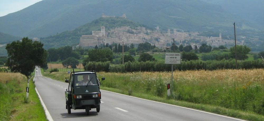Ape 50 con caja fija saliendo de Assisi.