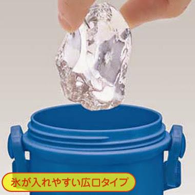 Bình nước Tomica có dung tích 480 ml giúp bé chứa được những viên nước đá lớn