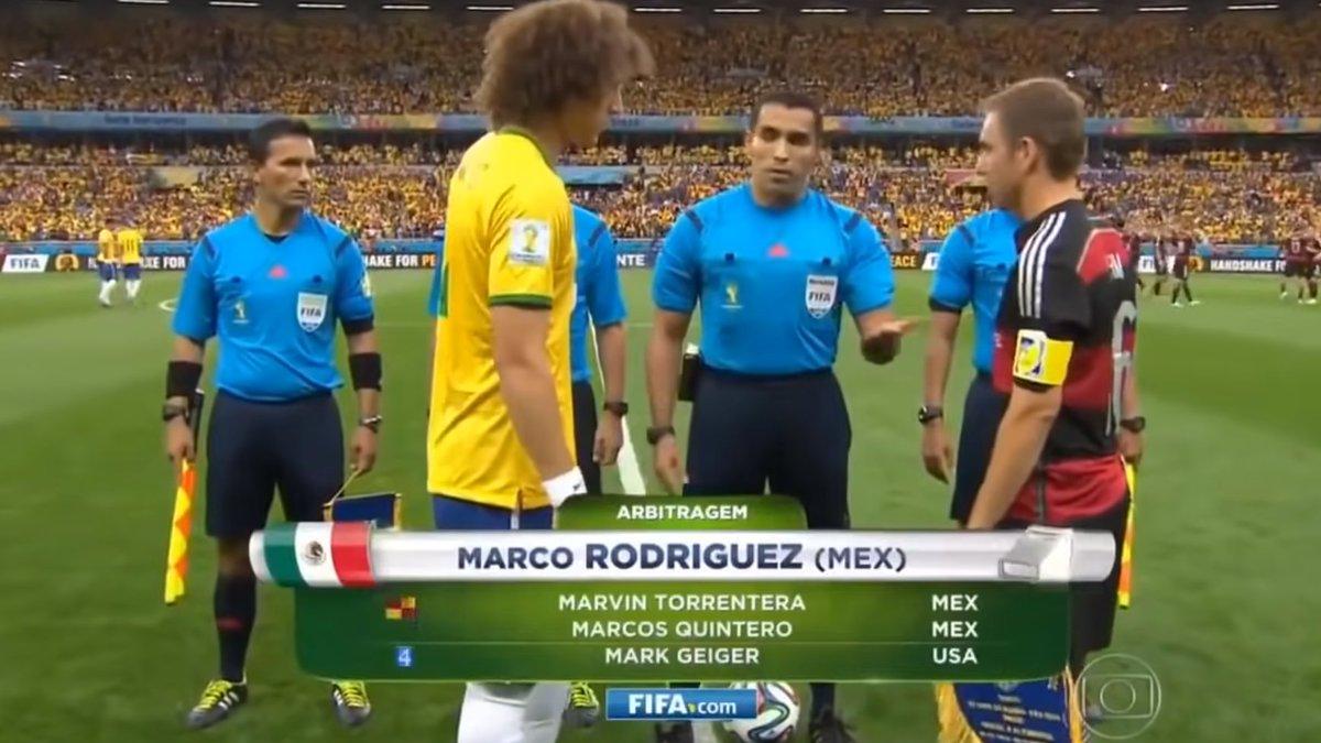 Imagem de David Luiz e jogador alemão no jogo Brasil x Alemanha na Copa do Mundo de 2014.