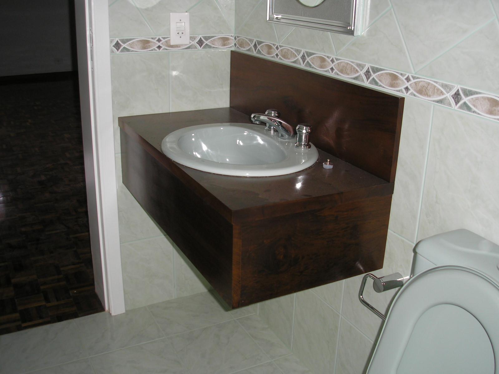para banheiro em MDF com caixilho em madeira maciça em estrutura de  #251F19 1600x1200 Banheiro Com Banheira De Alvenaria