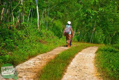 warga desa berjalan kaki menuju pantai ngunggah, gunungkidul