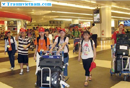 đón tiếp sinh viên tại sân bay