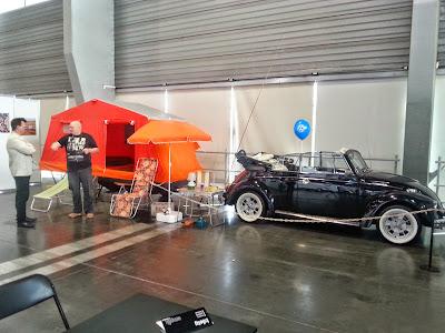 na zdjęciu VW garbus plus przyczepka z namiotem