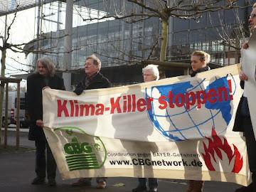 Protestler mit Transparent: »Klima-Killer stoppen!«.