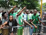 Des supporters du DCMP et des proches  de trois joueurs du Daring Club Motema Pembe décédés, accompagnant les dépouilles le 03/04/2013 de la morgue de la clinique Nganiema à Kinshasa, jusqu'au stade de martyrs. Radio Okapi/Ph. John Bompengo