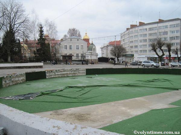 Дитячий майданчик в центрі Луцька 08.04.2012 р.