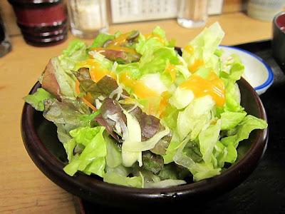 ドレッシングのかかった野菜サラダ