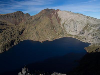 Pic i estany de Certascan vist des del cim de Punturrí
