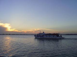 barco Cisne Branco navegando no Guaíba sob o crepúsculo no verão